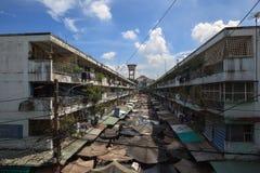 El apartamento viejo en Ngo Gia Tu con el mercado al aire libre por la mañana Imagen de archivo libre de regalías