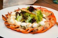 El aperitivo de los huevos de codornices, de la carne, de los tomates y de la lechuga se va con pan tostado Fotografía de archivo