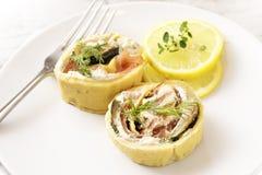 El aperitivo del salmón ahumado, del calabacín y del queso cremoso rodó i Fotografía de archivo libre de regalías