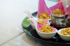 El aperitivo tradicional de Tailandia del ` de Bua del kleeb de Meung Kum del ` hace por la mezcla del coco Roasted con mucha la  Fotografía de archivo libre de regalías