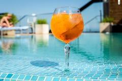 El aperol frío del cóctel spritz al borde de la piscina jpg Fotografía de archivo libre de regalías