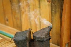 El apicultor hace humo Abeja con la colmena y los marcos Imagen de archivo libre de regalías