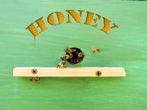 El apicultor trata la miel de las colmenas Imágenes de archivo libres de regalías