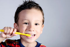 El aplicar con brocha del niño Fotografía de archivo libre de regalías