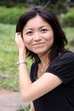 El aplicar con brocha japonés hermoso a través de su pelo Imagen de archivo libre de regalías