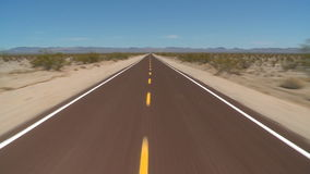 El apresurar abajo del camino del desierto de Mojave del abandono