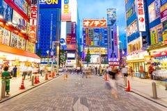 El apresurar de las luces de la tienda de la calle de Tokio Akihabara Foto de archivo libre de regalías