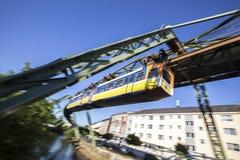 El apresurar de Wuppertal Alemania del tren de Schwebebahn Foto de archivo libre de regalías
