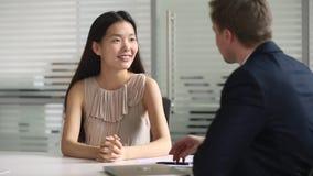 El apretón de manos asiático feliz hora del candidato de trabajo consigue empleado en la entrevista almacen de metraje de vídeo