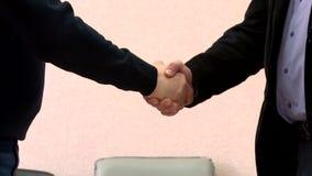 El apretón de manos del jefe después de negociaciones almacen de metraje de vídeo