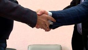 El apretón de manos del jefe después de negociaciones almacen de video