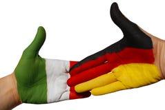 El apretón de manos entre el alemán e italien el indicador fotos de archivo