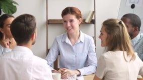 El apretón de manos femenino feliz del encargado agradece la reunión de grupo masculina del final del trabajador almacen de video