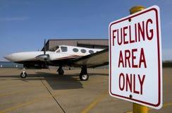 El aprovisionar de combustible del aeroplano imagenes de archivo
