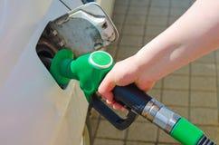El aprovisionar de combustible del coche Imágenes de archivo libres de regalías