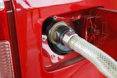 El aprovisionar de combustible del coche del metano Fotos de archivo