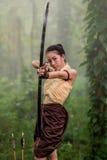 El apuntar hermoso de la mujer del tiro al arco Imagen de archivo libre de regalías