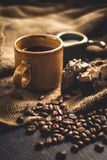 El Arabica del café sólo en vidrio y leche marrones y el postre despiden el fondo en área de la luz corta imágenes de archivo libres de regalías