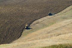 El arado de campos en las colinas de Italia Imagen de archivo libre de regalías