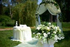 El arco blanco de la boda adornado con blanco y el verde fluyen Imagenes de archivo
