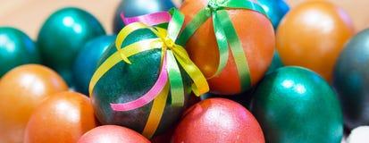 El arco coloreado adornó los huevos de Pascua Foto de archivo libre de regalías