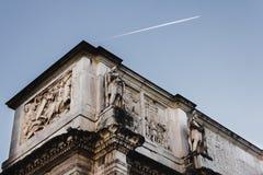 El arco de Constanstine en Roma, Italia fotos de archivo