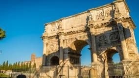 El arco de Constantina en Roma en una mañana soleada brillante, enfoca adentro almacen de video