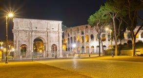 El arco de Constantina y de Colosseum en Roma Imagenes de archivo
