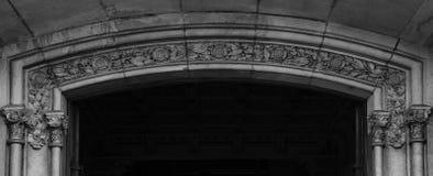 El arco de la entrada principal se adorna con adornos florales Foto de archivo