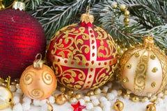 El arco de oro de la Navidad y evegreen el árbol Fotos de archivo libres de regalías