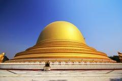 El arco de oro del templo en Myanmar Foto de archivo