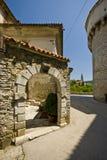 El arco de piedra y la torre de Pazin se escudan Fotografía de archivo