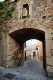 El arco de St Anne, paredes de la ciudad del ¡de CÃ ceres, Extremadura, España Foto de archivo