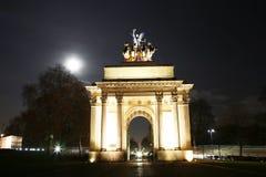 El arco de Wellington en la noche Imagenes de archivo