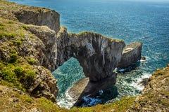 El arco del puente verde de País de Gales en la costa de Pembrokeshire, País de Gales Imagen de archivo libre de regalías