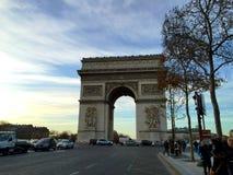 El arco del triunfo en París, Francia Foto de archivo