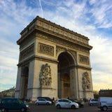 El arco del triunfo en París, Francia Foto de archivo libre de regalías