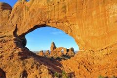 El arco doble enmarca el amanecer del arco de la torrecilla, arcos parque nacional, Utah Imagen de archivo libre de regalías