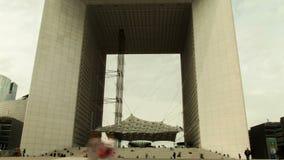 El arco en el distrito financiero en París, Francia La Grande Arche almacen de metraje de vídeo