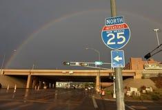 El arco iris con la carretera y de un estado a otro firman adentro América Imágenes de archivo libres de regalías