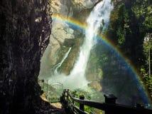 El arco iris de Eslovenia con una cascada Imagen de archivo