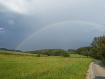 El arco iris después de la tempestad de truenos Fotos de archivo