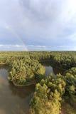 El arco iris en la puesta del sol sobre el bosque en el parque natural llamó Lommeles Sáhara en Bélgica Imágenes de archivo libres de regalías