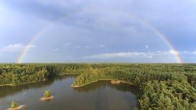 El arco iris en la puesta del sol sobre el bosque en el parque natural llamó Lommeles Sáhara en Bélgica Imagenes de archivo