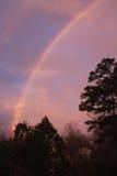 El arco iris en la puesta del sol trae paz Imagen de archivo libre de regalías