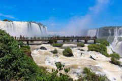 El arco iris en las cataratas del Iguazú vio del Brasil Fotografía de archivo libre de regalías