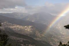El arco iris en las montañas Fotos de archivo libres de regalías