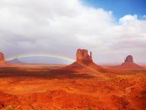 El arco iris en Navajo del valle de los monumentos Foto de archivo