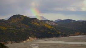 El arco iris forma la cuenca de río del temporal de lluvia de las montañas de Wrangell Alaska almacen de metraje de vídeo