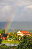El arco iris sobre Vang Vieng, Laos Imagen de archivo
